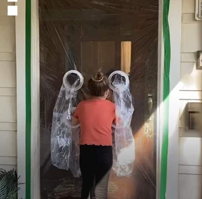 Heartwarming moment as 10-year-old girl makes hug curtain for her grandparents