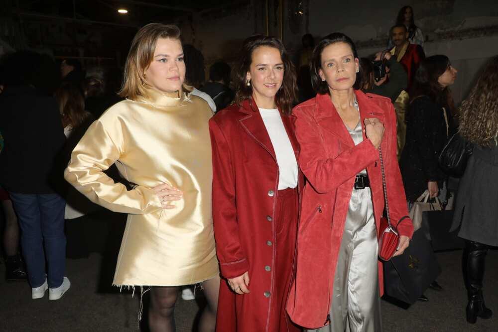 La princesse Stéphanie de Monaco (D) et ses filles designer Pauline Ducruet et Camille Gottlieb (G)