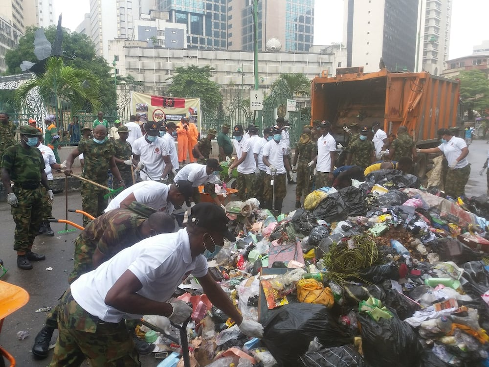 2019 Army Day: Soldiers in Lagos defy early morning rain to clean-up Tinubu Square in Lagos