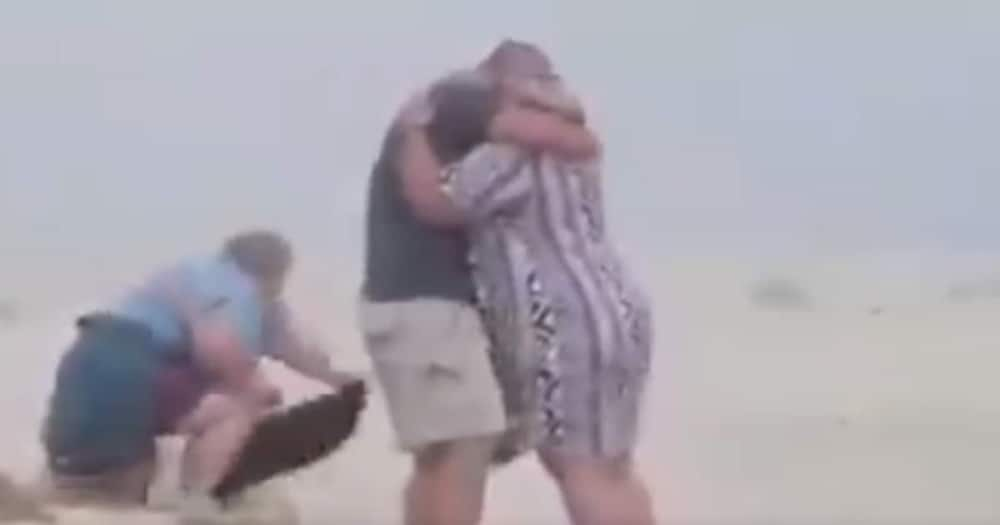 Beach Proposal Goes Hilariously Wrong, SA Applauds Photographers Commitment