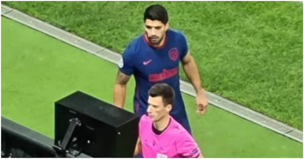 Luis Suarez hilariously booked for glancing at referee's VAR monitor in Champions League