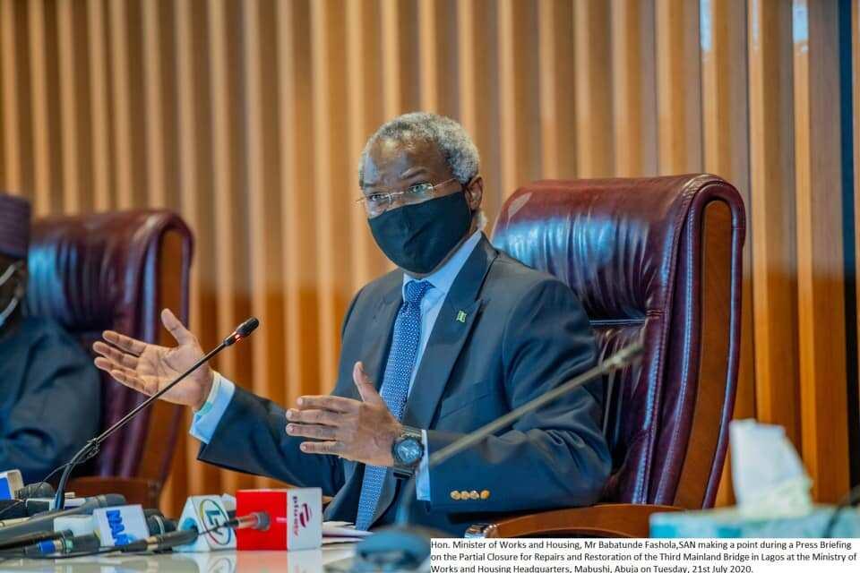 Fashola ya bayyana dalilin da yasa ba'a kammala aikin titin Kano zuwa Kaduna da Abuja ba