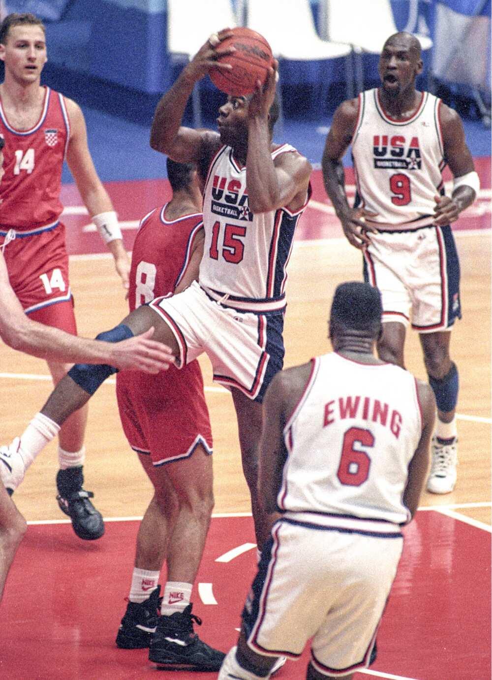 Magic Johnson des États-Unis se dirige vers le panier lors de la finale de basket-ball masculin contre la Croatie aux Jeux olympiques de Barcelone en août 1992, sous les yeux de Michael Jordan. (Photo de Kyodo News via Getty Images)