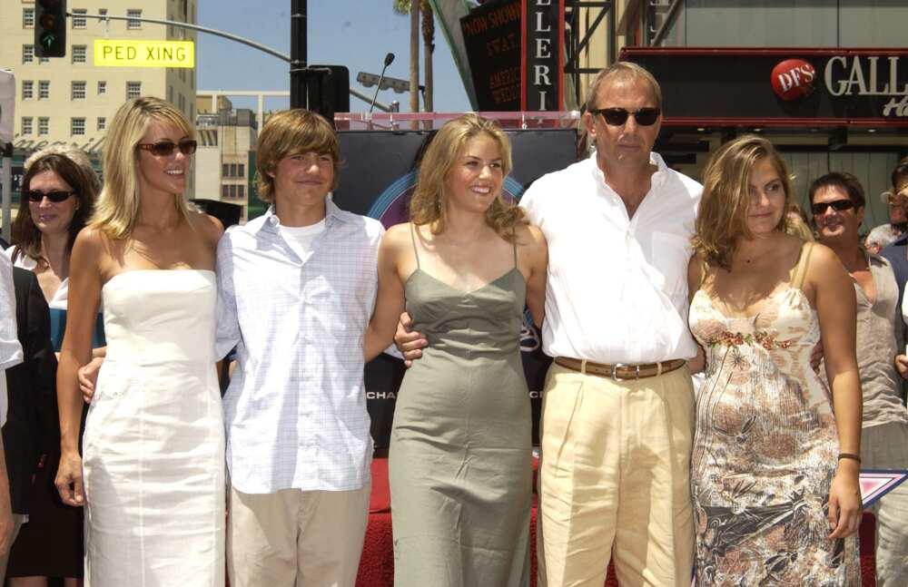 Kevin Costner et Christine Baumgarten & Kids pendant Kevin Costner honoré d'une étoile sur le Hollywood Walk of Fame pour ses réalisations au cinéma à Hollywood Blvd. à Hollywood, Californie, États-Unis. (Photo de SGranitz/WireImage)