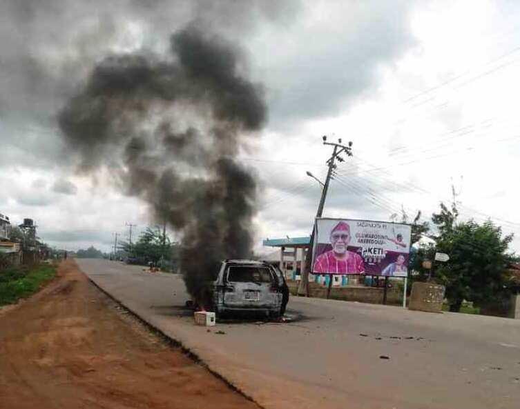 Ondo election: Hoodlums reportedly attack convoys of Gov Akeredolu, Jegede