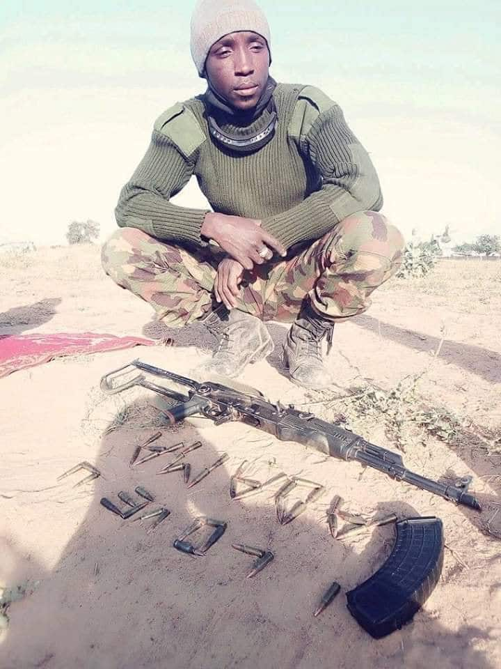 Nigerian soldier professes love for his dearest wife using bullets (photo)