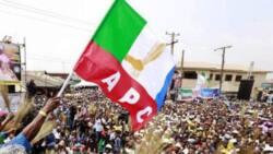 Da Dumi-Dumi: Sanata tare da dubbannin mambobin PDP sun sauya sheka zuwa APC mai mulki