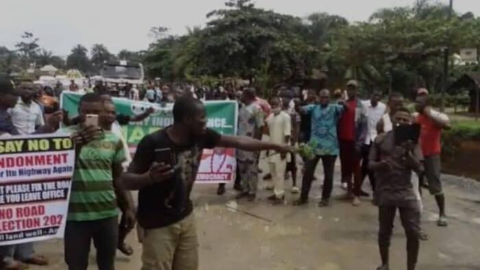 BREAKING: Youths block Calabar-Itu highway, make demand to Buhari's govt
