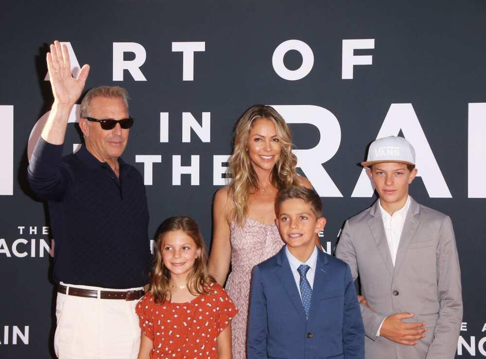 """Kevin Costner, Christine Baumgartner et leurs enfants assistent à la première de """"The Art of Racing In The Rain"""" de la 20th Century Fox le 1er août 2019 à Los Angeles, Californie. (Photo de Michael Tran/FilmMagic)"""