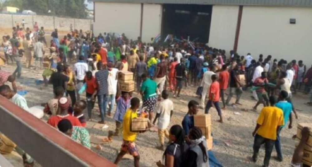 Bidiyon yadda matasa suka fasa rumbun ajiyan tallafin korona a Gwagwalada, Abuja