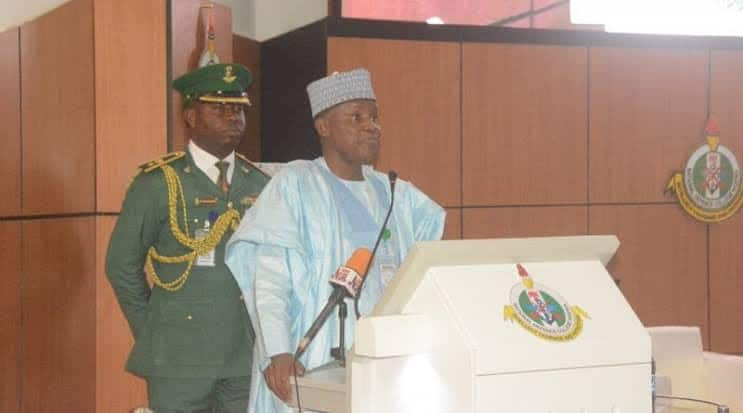 Ministan Tsaro ya kare kalaman Buhari na 'Magana ga 'yan ta'adda da yaren da suke fahimta'