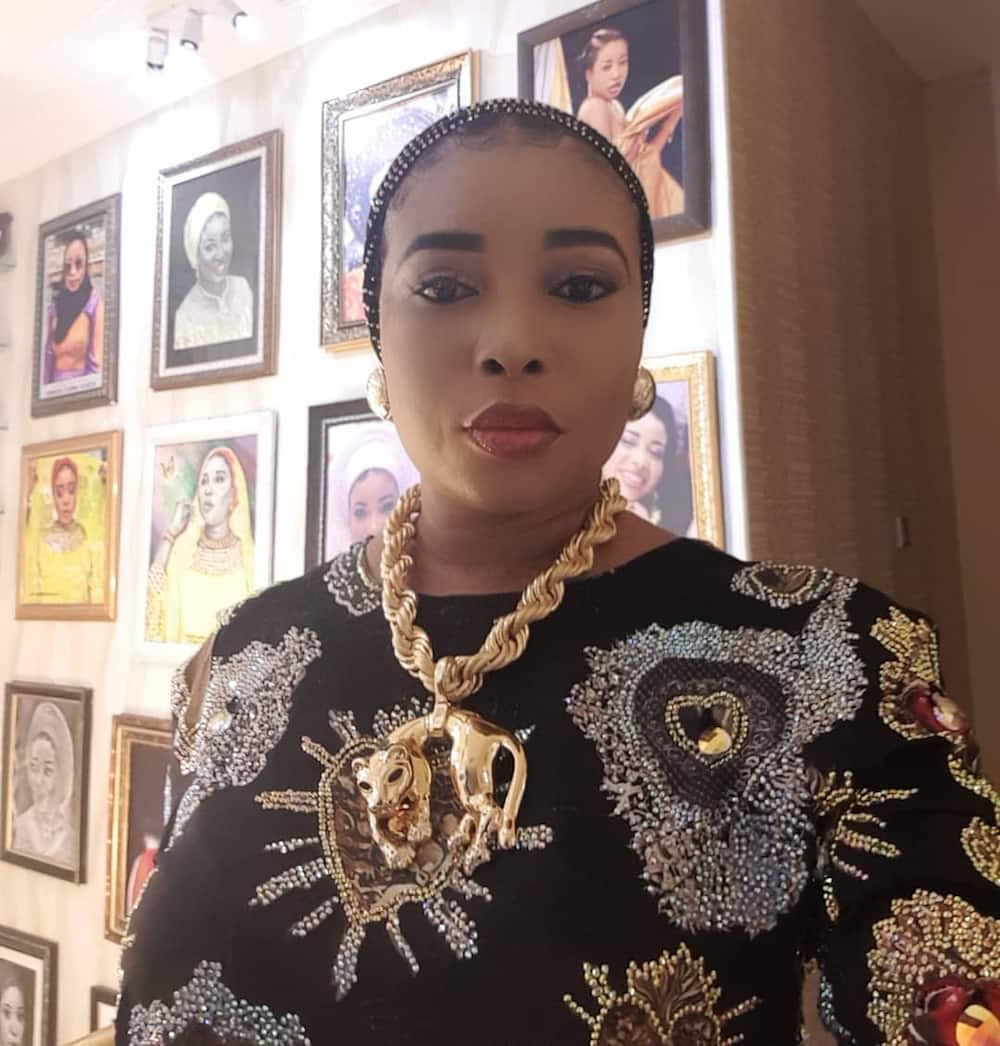 how old is Lizzy Anjorin