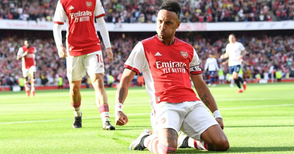 Aubameyang Copies Thierry Henry's Iconic Celebration in Front of Arsenal Legend