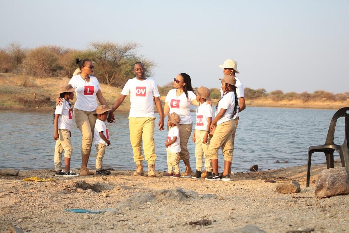 Botswana : un pasteur polygame exhibe fièrement ses deux épouses (photos)