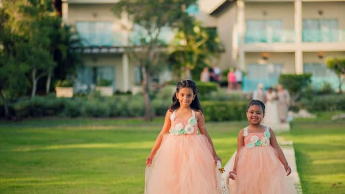 What colour goes with peach for a wedding? Combination ideas