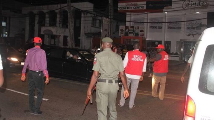 "Tension as suspected ""yahoo boys"" block Osogbo-Ilesha road over alleged EFCC harassment"