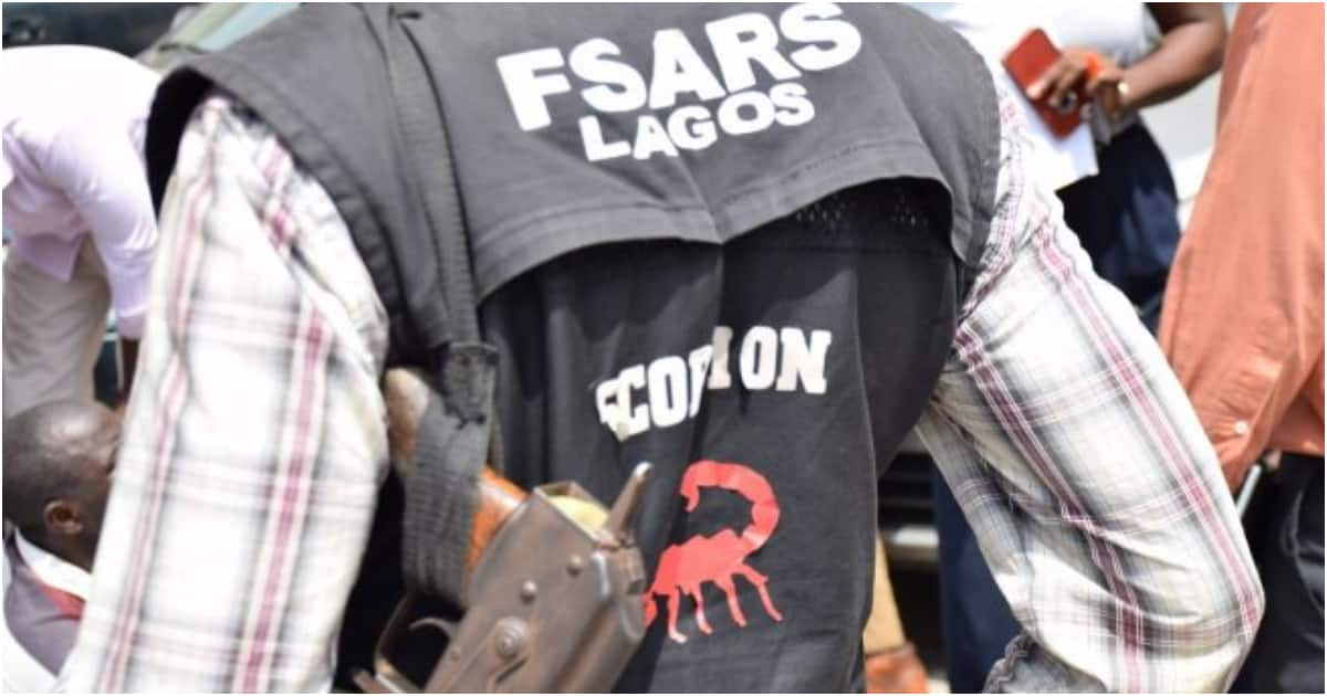 Soldier's wife reportedly disgraces SARS officer who allegedly tried to extort her son (video) - Legit.ng