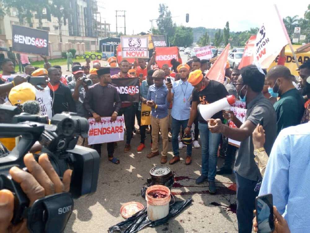 Da duminsa: Masu zanga-zanga sun yi wa hedkwatar 'yan sanda zobe a Abuja