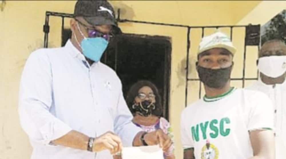 Coronavirus: Corps member melts hearts by donating April 'allawee' to fight disease