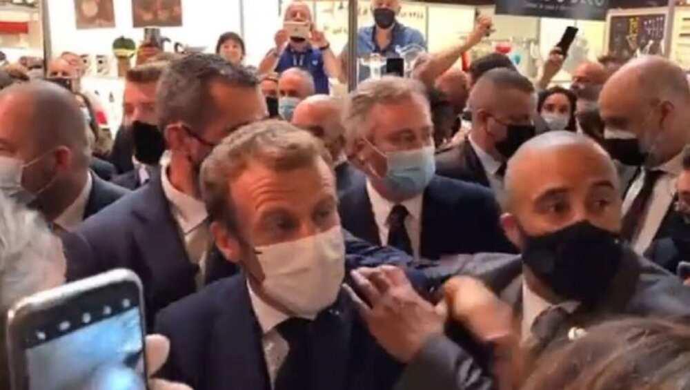 An kuma, wani mutum ya jefi Shugaban Faransa, Emmanuel Macron da ɗanyen ƙwai