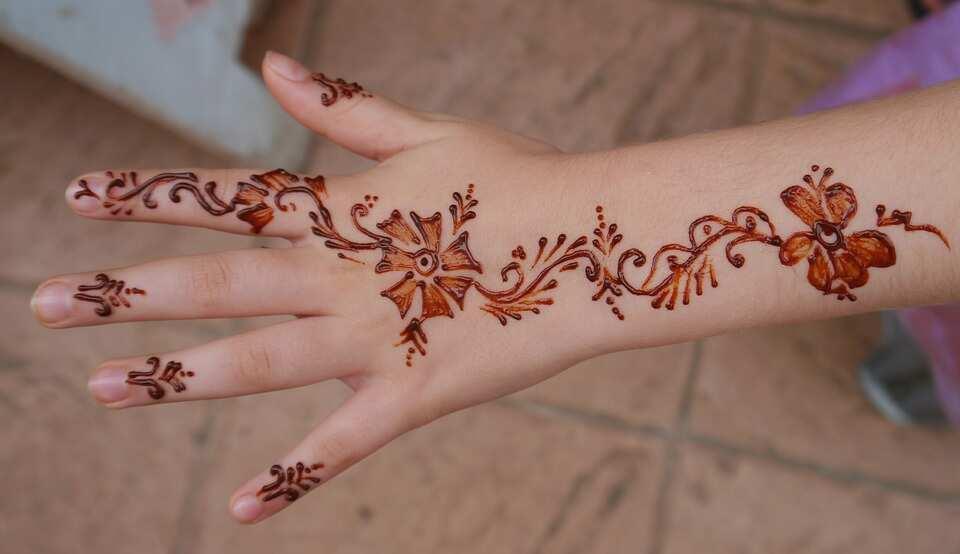 Simple brown henna tattoo
