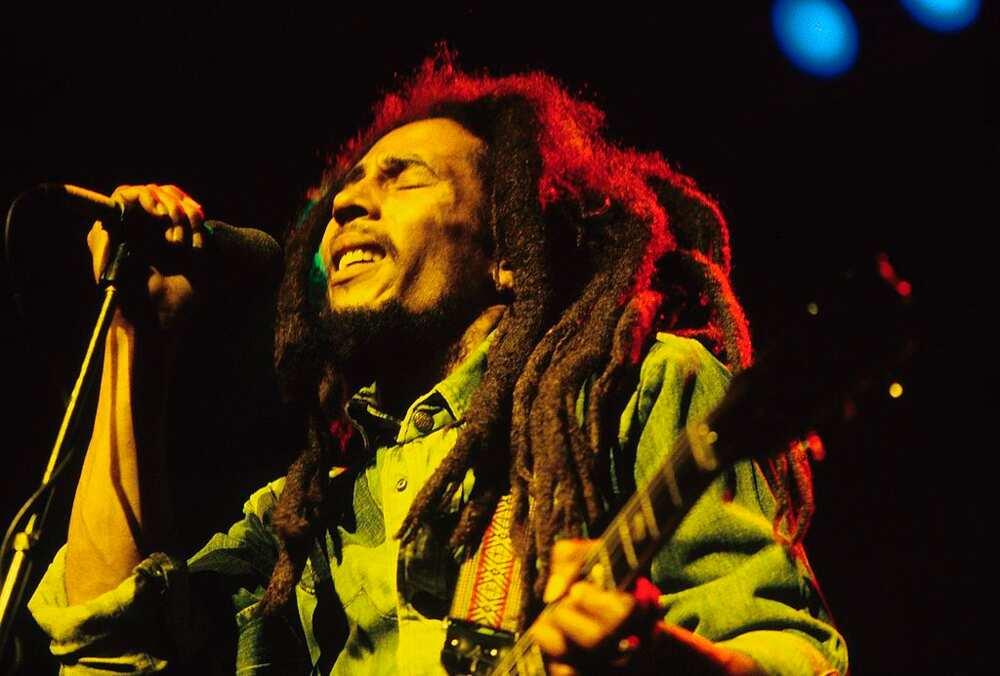 Bob Marley en live sur la scène du Brighton Leisure Centre (photo de Mike Prior/Redferns)