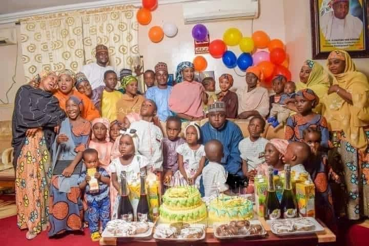 Hotunan dan majalisa Alhassan Ado-Doguwa da matansa 4 tare da 'ya'ya 27