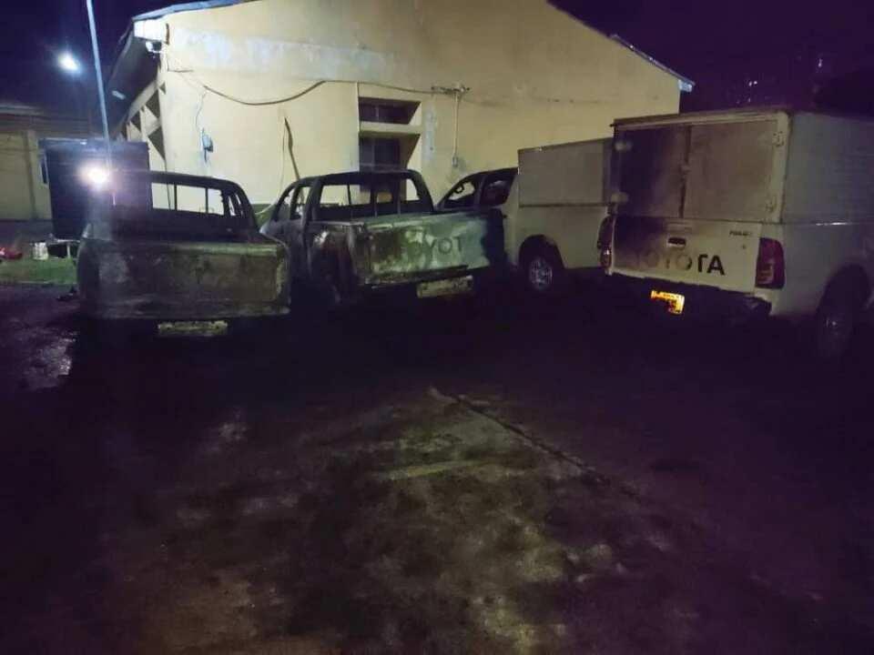 Da Ɗumi-Ɗumi: Wasu Yan Bindiga Sun Kai Hari Hedkwatar Hukumar Zaɓe INEC, Sun Ƙona Motoci 6