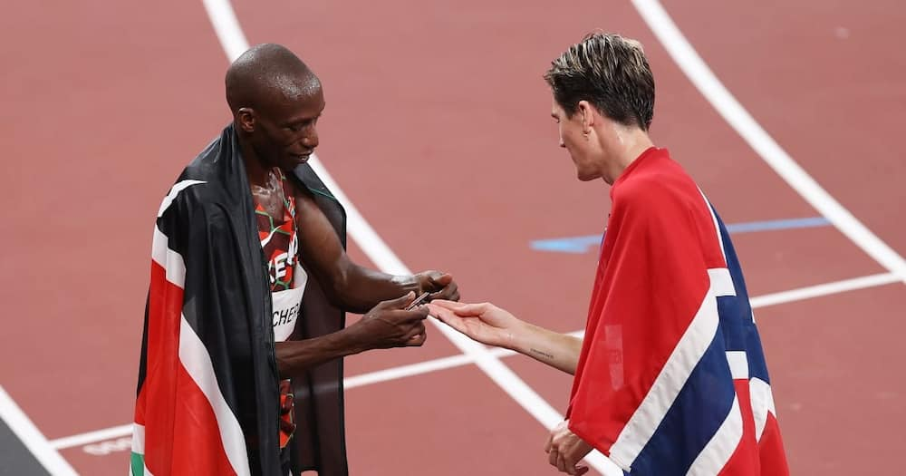 Timothy Cheruiyot exchanging pleasantries with Norway's Ingebrigtsen Jakob during the Tokyo Olympics. Photo: Getty Images.