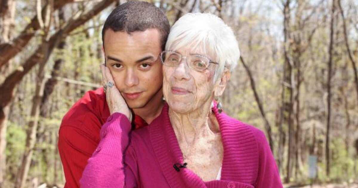 Пожилая женщина с парнем