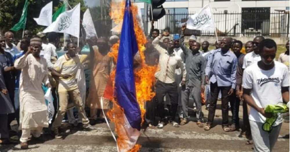 'Yan Shi'a sun kona tutar Faransa a Abuja kan kalaman shugaban Faransa, Macron
