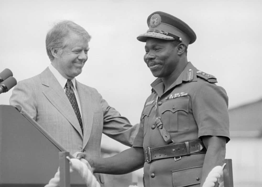 Obasanjo shaking hands with Jimmy Carter