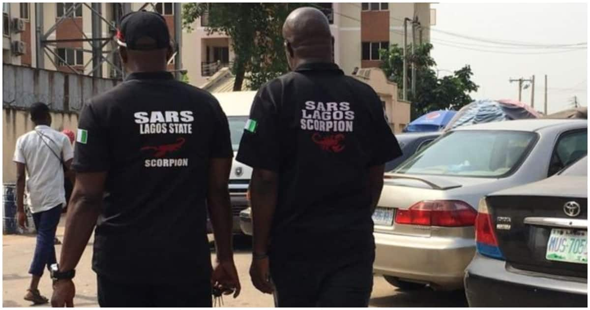 SARS officials harass lady and her boyfriend in Lagos, fire gunshots in the air - Legit.ng