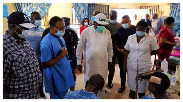 Governor Ugwuanyi visits injured persons at a teaching hospital in Enugu