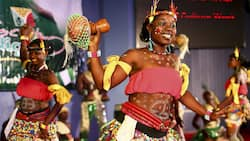 How many major cultures are there in Nigeria?