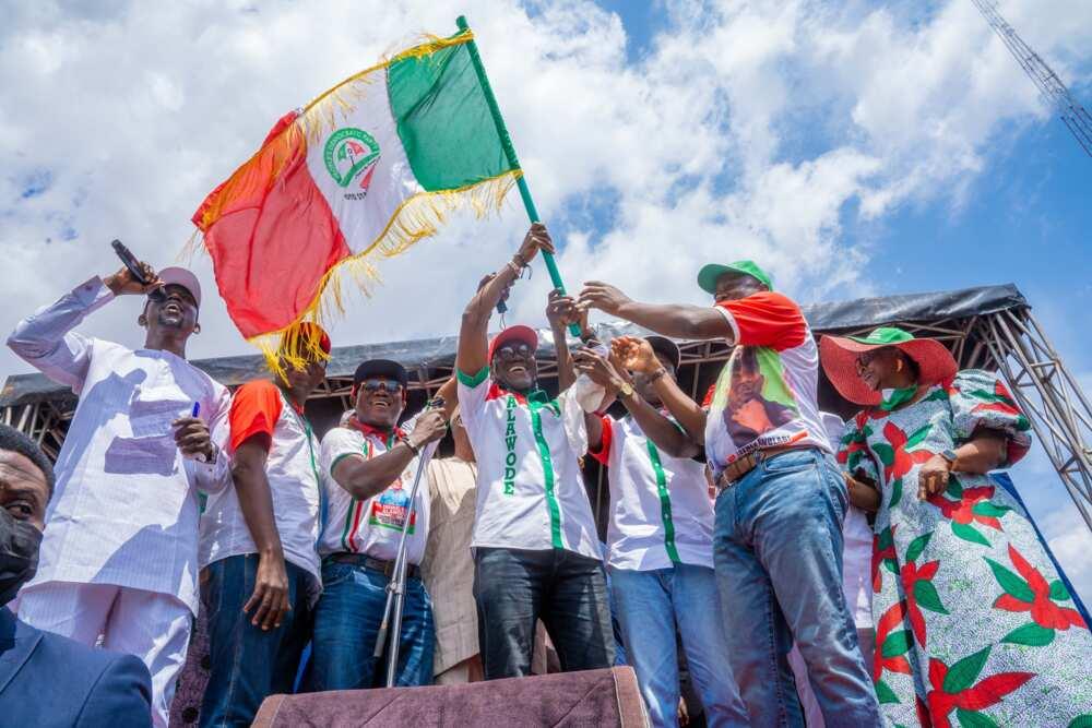 APC ta yi babban rashi yayin da tsohon shugaban jam'iyyar da wasu mambobi 150 suka koma PDP a Abuja