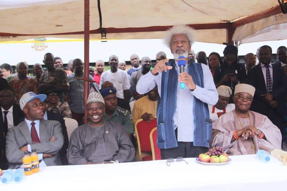 Soyinka addressing the audience after the historic train ride from Lagos to Abeokuta. Source: Facebook; Ibikunle Amosun