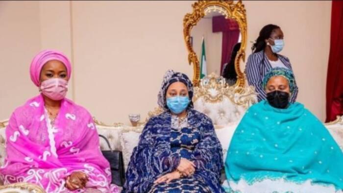 Hotunan Aisha Buhari lokacin da take jiran isowar amaryar dan ta Yusuf Buhari
