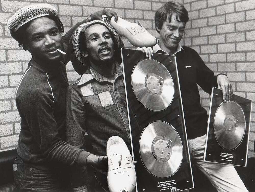 Bob MARLEY, posant dans la loge avec Anton Witkamp de Warner Music (à droite) recevant un prix pour Babylon By Bus (Photo de Rob Verhorst/Redferns)