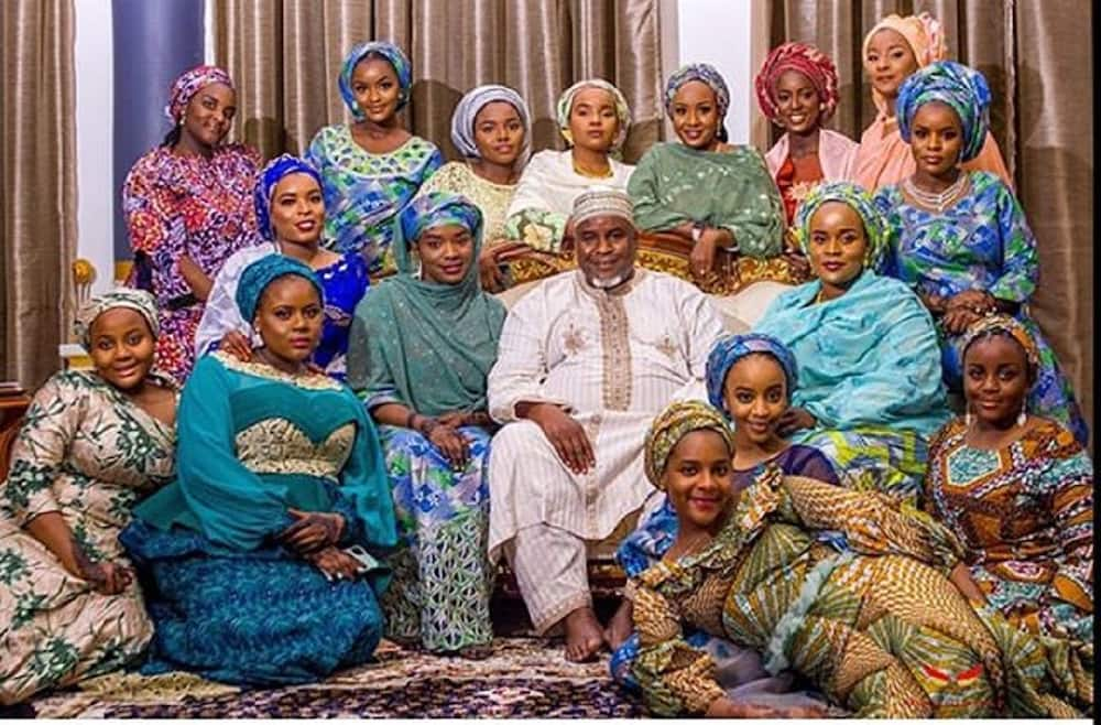 Kalli sabon hoton biloniyan Najeriya, Alhaji Abdulmunaf Yunusa Sarina da yaransa mata su 16