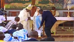 Kenyan president receives sculpture of Mary from Nairobi Catholic church to protect him