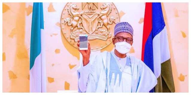 Yanzu Yanzu: An gabatarwa Buhari da wayar hannu na farko da aka yi a Najeriya