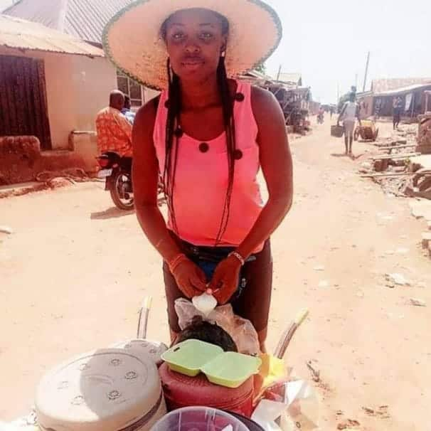 Lawyer's beautiful graduate wife sells in a wheelbarrow and explains why