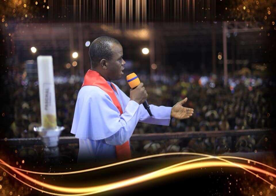 Father Mbaka da Buhari: 'Yan Najeriya Sun Goyi Bayan Fitaccen Faston, Sun Caccaki Fadar Shugaban Kasa