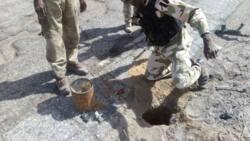 Sojoji sun kwance manyan bamabamai da 'yan Boko Haram suka binne a gefen titi, hotuna
