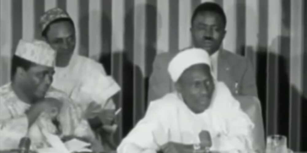 Waiwaye: Bidiyon Shagari yana kunna sigari lokacin da Firayim Minista Tafawa Balewa ke jawabi ga taron jama'a
