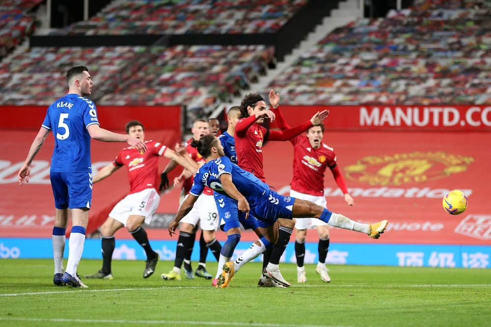 Everton stage dramatic late equaliser as Man United squander chance to go level with City
