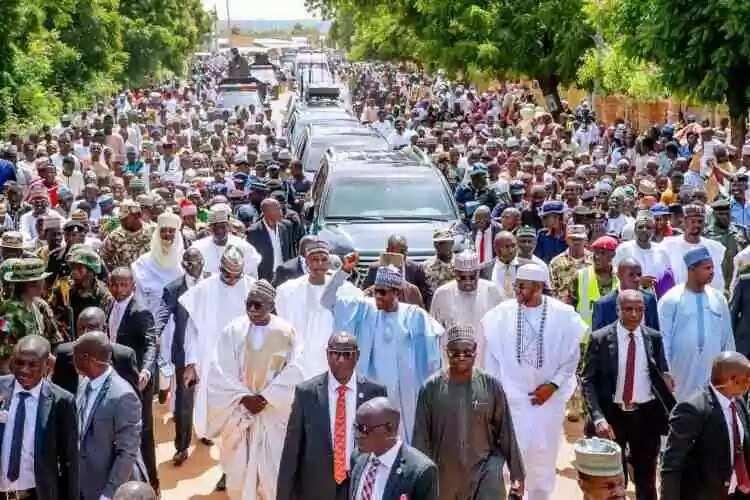 Dalilin da yasa nayi tafiyar mita 800 a ranar Sallah – Shugaba Buhari