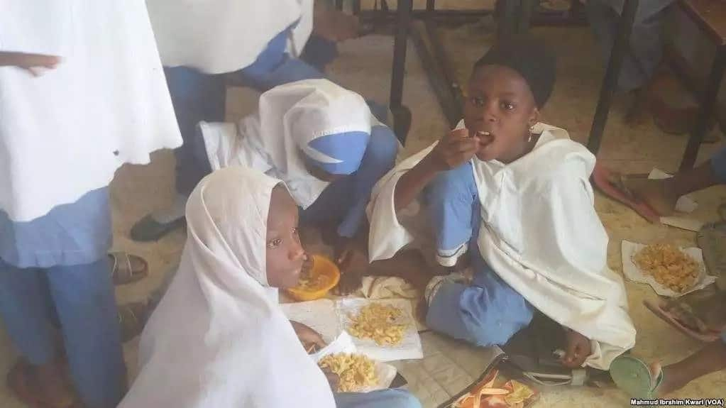 COME AND SEE FG'S SCHOOL FEEDING PROGRAM WHERE PUPILS ARE SERVED FOOD INSIDE PIECES OF PAPER IN KANO
