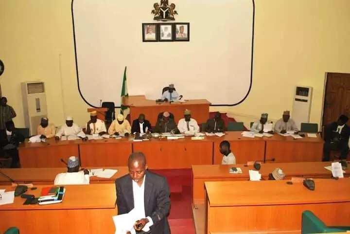 Majalisar dokokin jihar Niger ta sanya kujerar dan majalisa a kasuwa kan sauya sheka da yayi daga APC